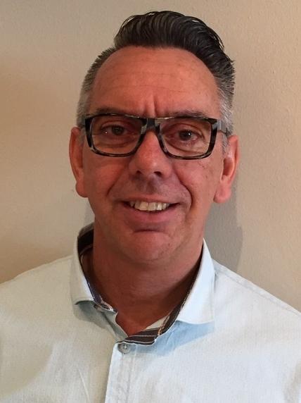 Henk Bouw, eigenaar en opticien van Henk Bouw Optiek in Oostzaan